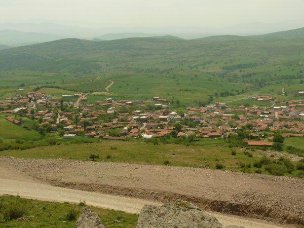 Nouvelles routes construites au premier plan et village d'Eşeler en contrebas des pentes (Photo E.A)