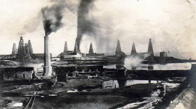 Puits de pétrole, 1915, quartier Bibi Eybat - Wikimedia Commons