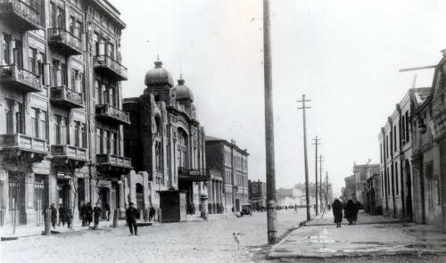 Opera theater building at Nizami street in Baku, built in 1910. Picture was made in 1914 - Wkimedia Commons